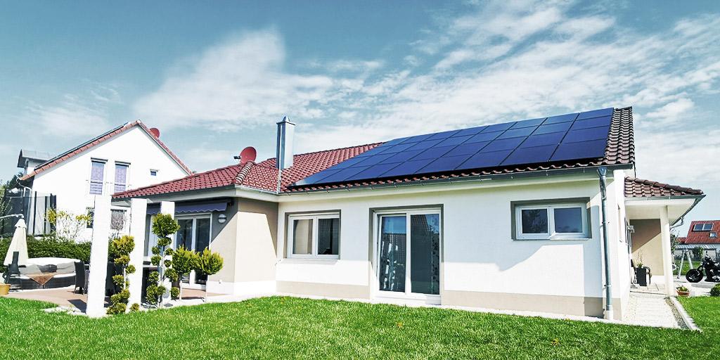 PV-Anlage auf Industriedach mit Blick auf Landschaft