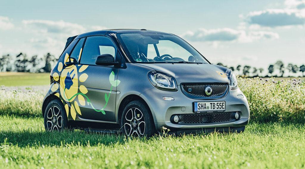 E-Auto-Ladestation: unser E-Smart fährt rein elektrisch und wird im Unternehmen aufgeladen.